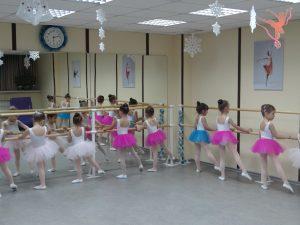 На подготовке к выступлению в зале академии балета ФУЭТЕ